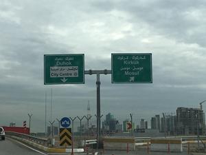 Cartelli con segnalazione per Kirkuk e Mosul